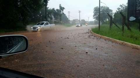 Alagamentos após chuva gera reclamação de moradores em vários bairros