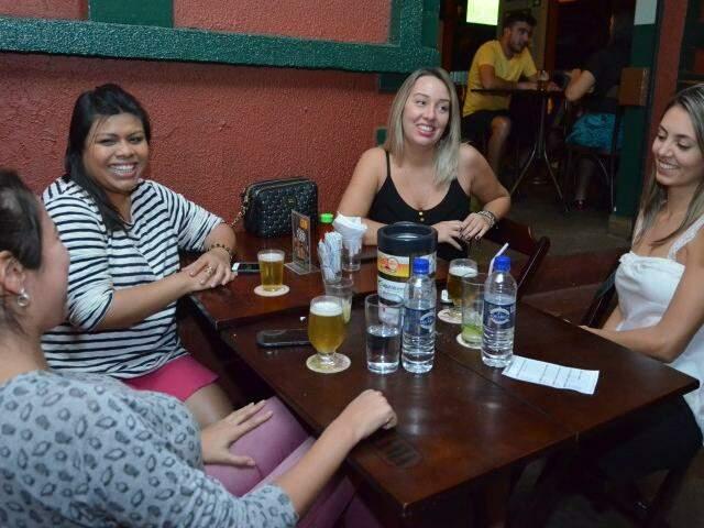 Barzinhos tomaram conta, fazem concorrência às casas noturnas e é ponto de happy hour de amigos. (Foto: Vanessa Tamires)
