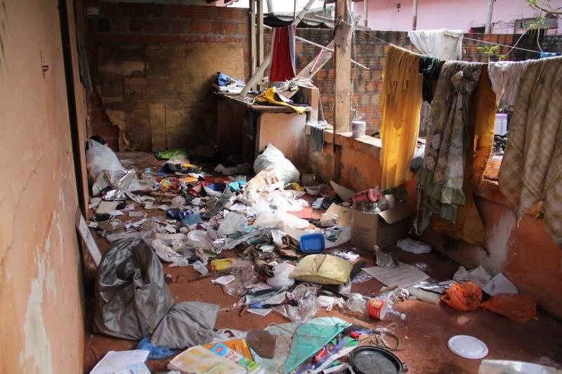 O inquilino se mudou, mas deixou a sujeira na casa.(Foto: Marcos Ermínio)