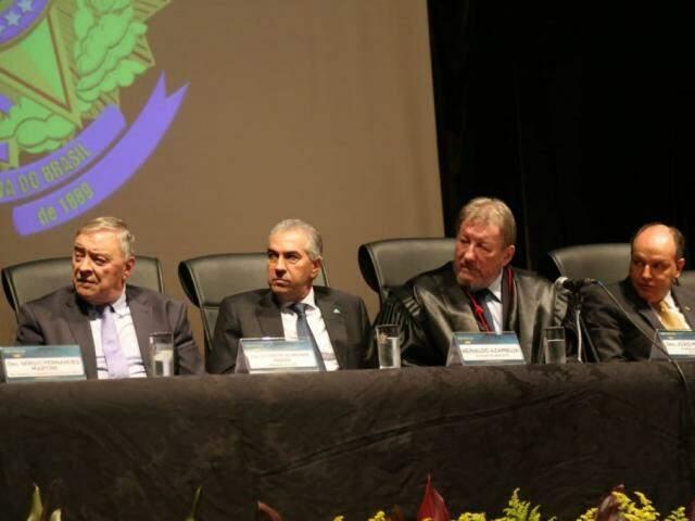 Desembargador Divoncir Maran, presidente do Tribunal de Justiça; Reinaldo, desembargador João Maria Lós, presidente do TRE; e Junior Mochi, presidente da Assembleia. (Foto: Paulo Francis)