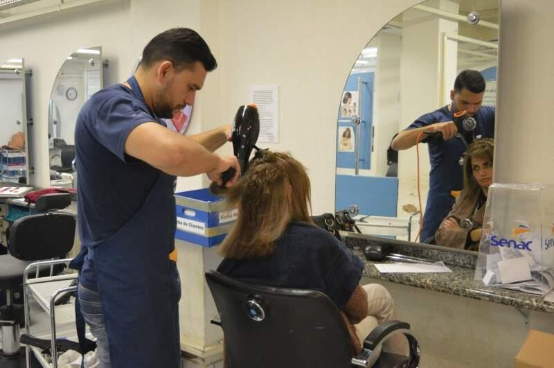 De segunda a sexta-feira, corte de cabelo é de graça para homens e mulheres. (Foto: Thailla Torres)