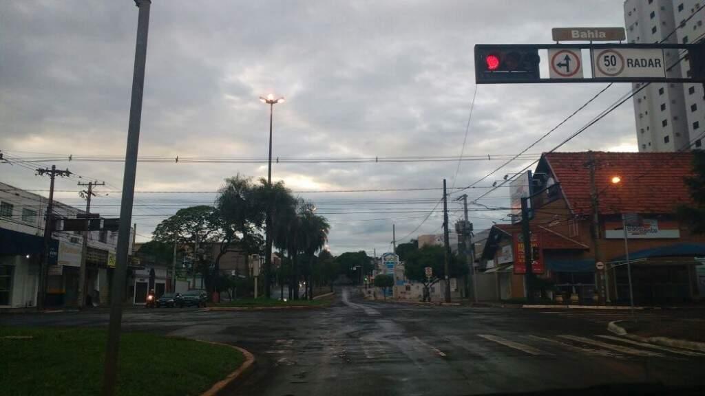 Tempo nublado após a chuva que caiu no início desta manhã (20) em Campo Grande. (Foto: André Bittar)