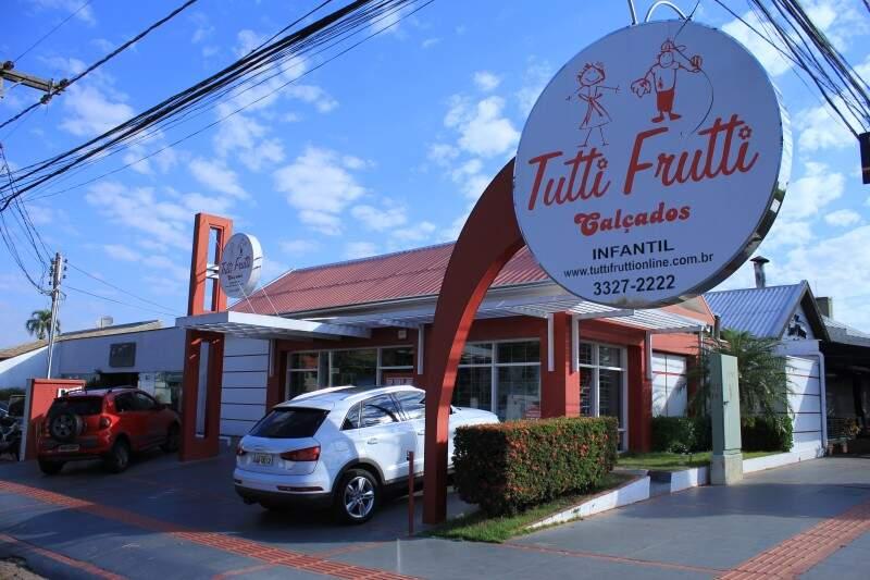 A Tutti Frutti Calçados fica na Rua Goiás, 841, esquina com a Euclides da Cunha, no Jardim dos Estados
