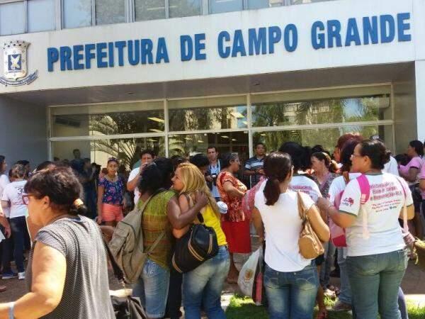 Servidores administrativos caminharam na Avenida Afonso Pena, na sexta-feira, e protestaram na Prefeitura. (Foto: Antonio Marques)