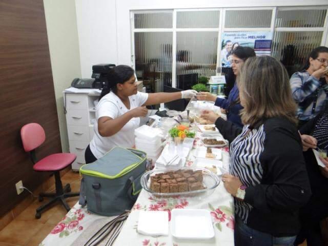 Degustação de alimentos durante uma das reuniões. (Foto: Divulgação)
