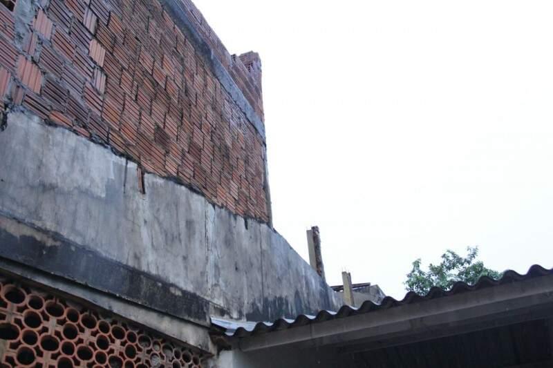 Tijolos da casa em obras caem sobre a residência vizinha. (Foto: Alan Nantes)