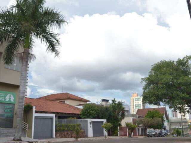 Céu em Campo Grande nesta terça-feira; tempo terá momentos de parcialmente nublado a nublado no Estado nos próximos dias. (Foto: Gustavo Maia)