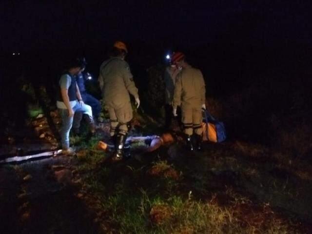 Militares do Corpo de Bombeiros e peritos envolta dos corpos, esta noite. (Foto: Adilson Domingos)