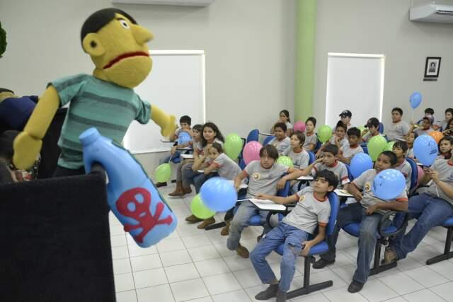 Atentos, alunos de escolas agrícolas acompanham o teatro sobre descarte ambientalmente correto de embalagens de agrotóxicos. (Foto:Minamar Júnior)
