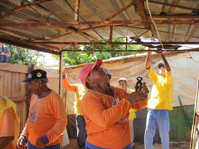 Funcionários da Prefeitura desmontando barracos na Cidade de Deus, na segunda-feira (7) (Foto: Marcos Ermínio)