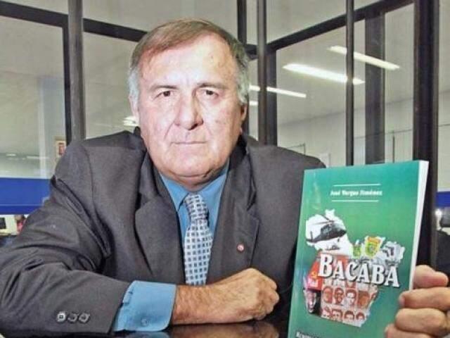 Chico Dólar com seu livro Bacaba (Foto: Divulgação)