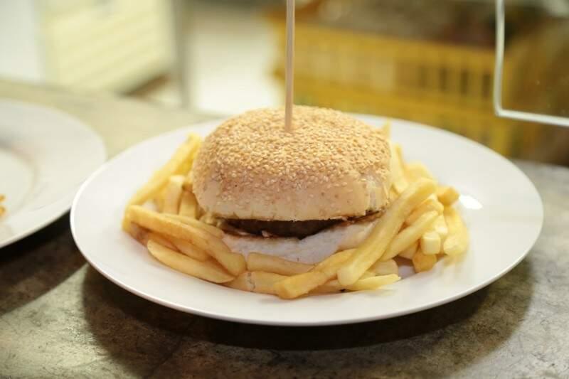 O Bacon Burger também pode ser rodeado de batatas fritas. Delícia, não !? (Foto: Adriano Fernandes)