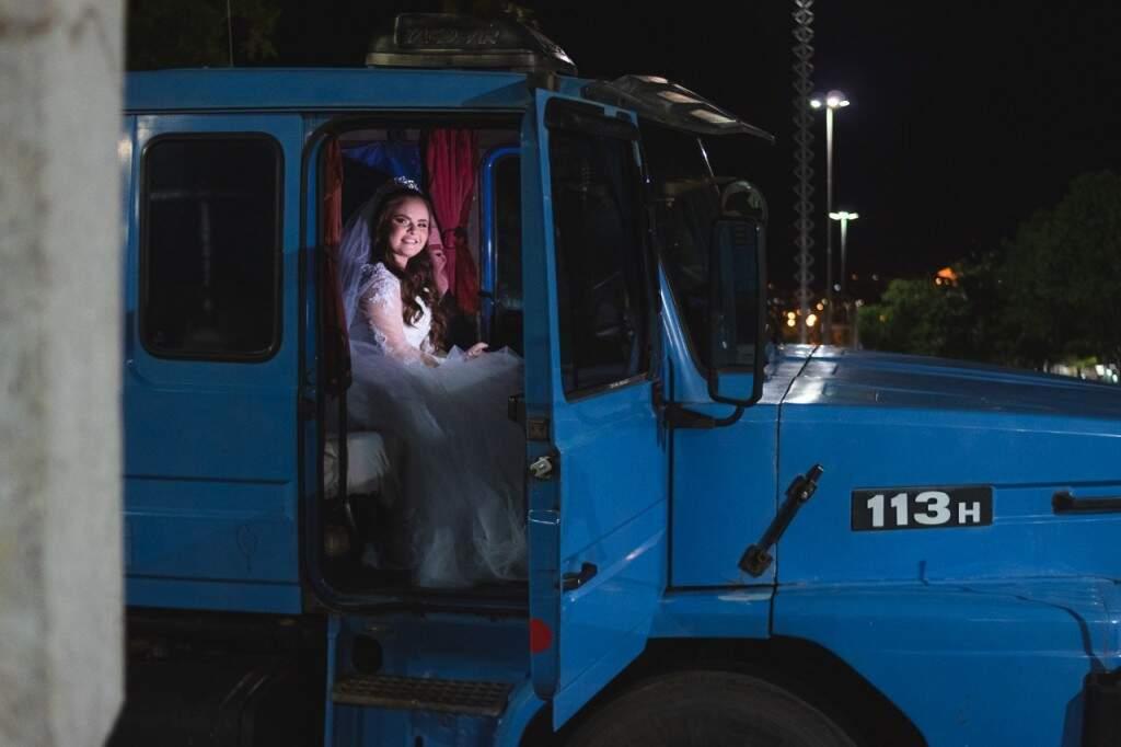 A noiva entrou no caminhão ao final do evento (Foto: Yuri Marinho)