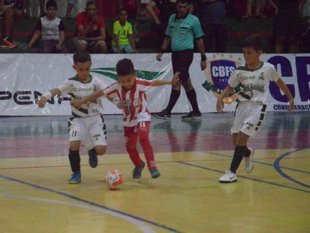 Meninos da Associação Atlética Pelezinho em ação contra o Nabuco (Foto: CBFS/Divulgação)