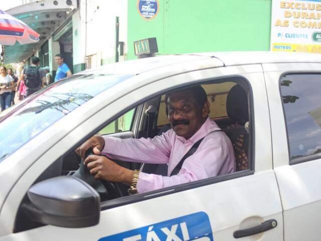 Thomas é um taxista simpático pelo Centro de Campo Grande. (Foto: Paulo Francis)
