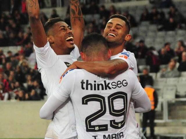 Kayke comemorando junto aos colegas um dos seus dois gols marcados na partida. (Foto: Ernani Ogata/Código19/Gazeta Press)