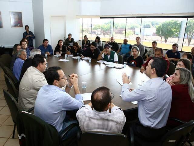 Reunião de secretários com servidores de Dourados, hoje de manhã (Foto: A. Frota)