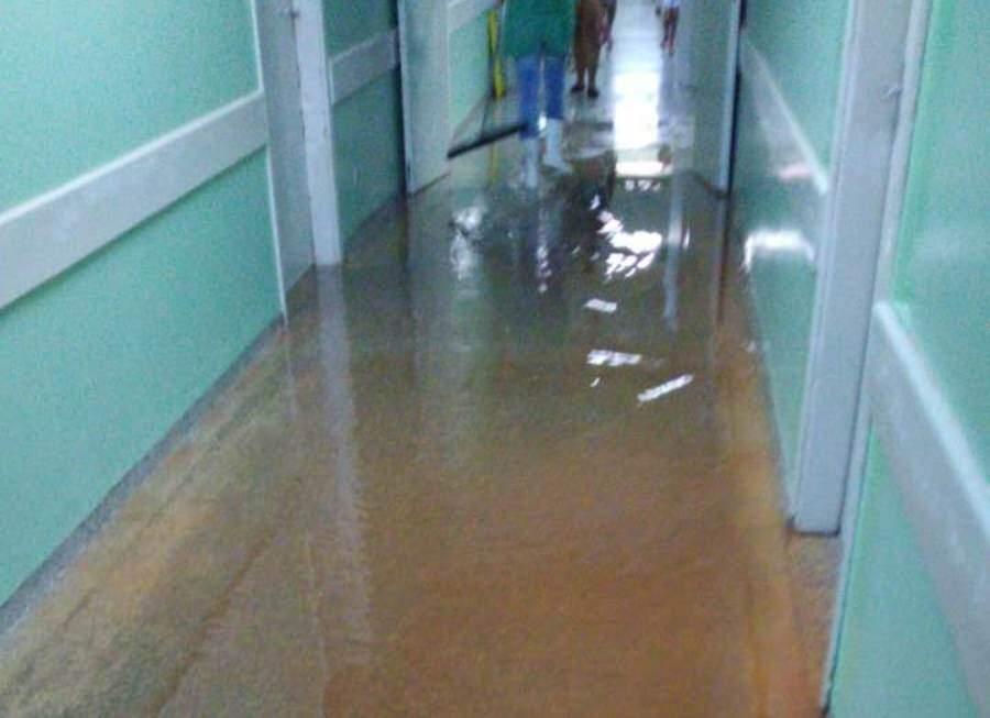 Corredores do hospital ficaram alagados após a forte chuva da noite de sábado (Nova News)