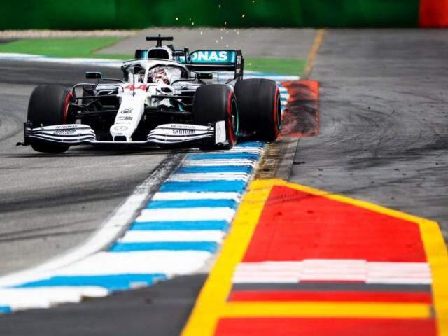 Mercedes de Lewis Hamilton durante volta no circuito de Hockenheim (Foto: Reprodução/Twitter)