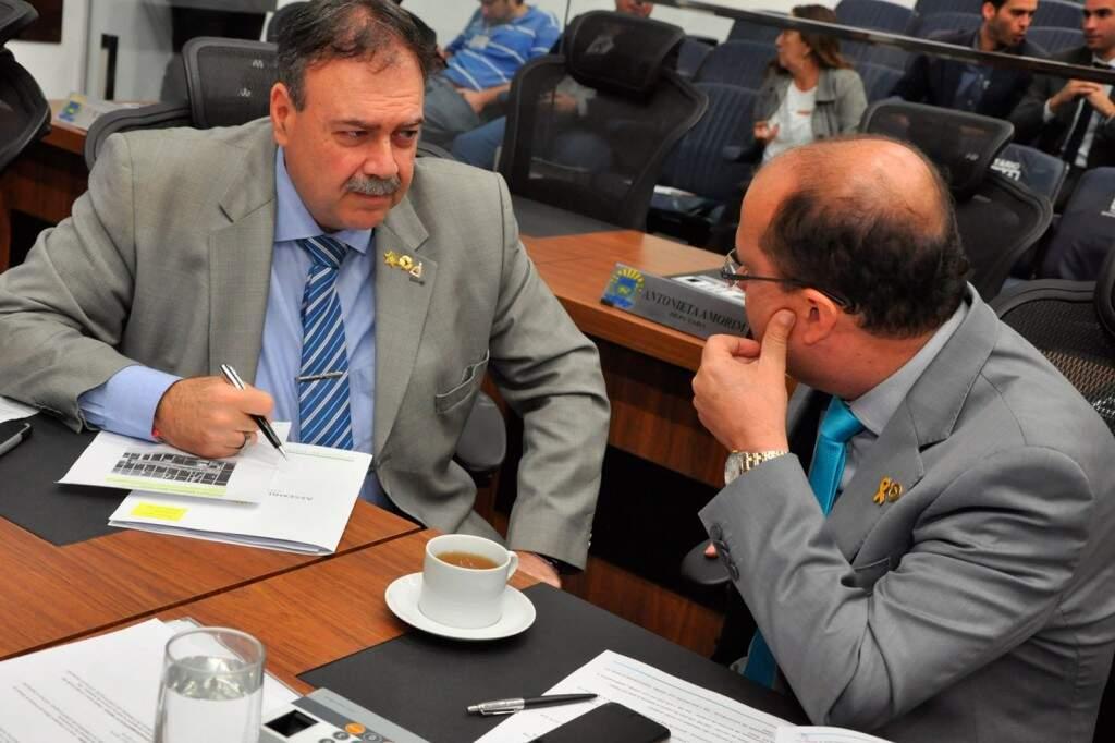 Deputados Paulo Siufi (MDB) e José Carlos Barbosa (DEM), durante sessão (Foto: Victor Chileno/ALMS)