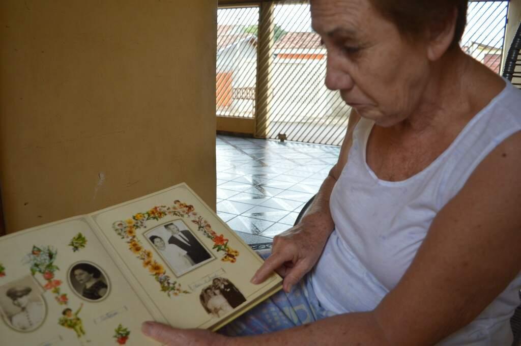 Tímida para fotos, Tereza mostra álbum da família. (foto: Thaís Pimenta)