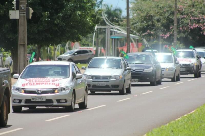 Automóveis com faixas e bandeiras do Brasil durante ato na Afonso Pena (Foto: Marcos Ermínio)