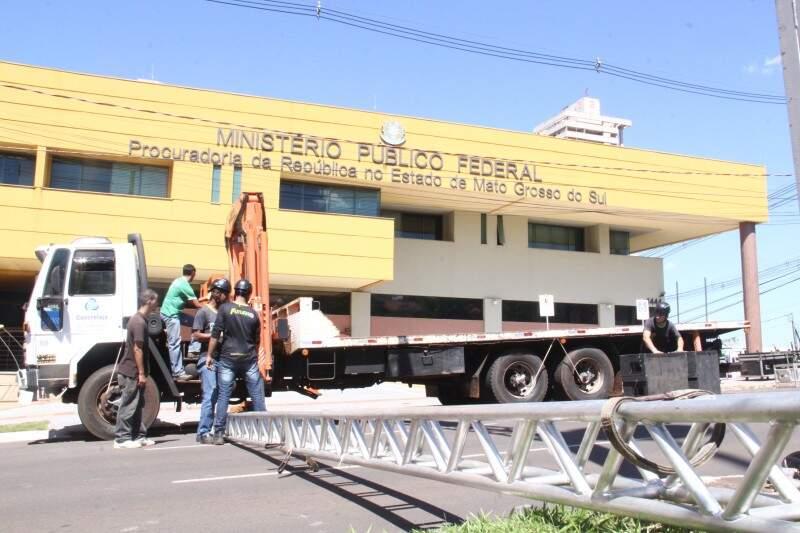 Telão ainda está terminando de ser montado na avenida Afonso Pena. (Foto: Alan Nantes)