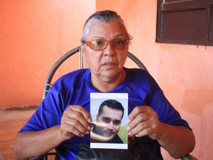 Cirene falou sobre como  o filho, que está na fotografia que segura nas mãos, era (Foto: Marina Pacheco)