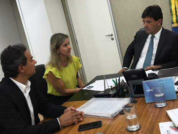Prefeito Marquinhos Trad (à esquerda), com a coordenadora de projetos Catiana Sabadin e o ministro da Saúde, Luiz Henrique Mandetta. (Foto: Divulgação/PMCG).