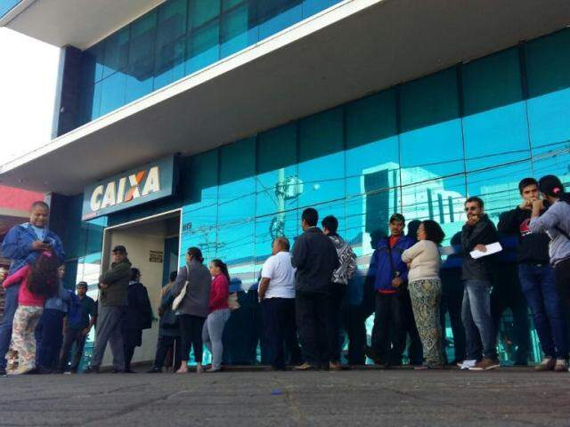 Filas nesta manhã em frente a Caixa. (Foto: Ricardo Campos Jr.)