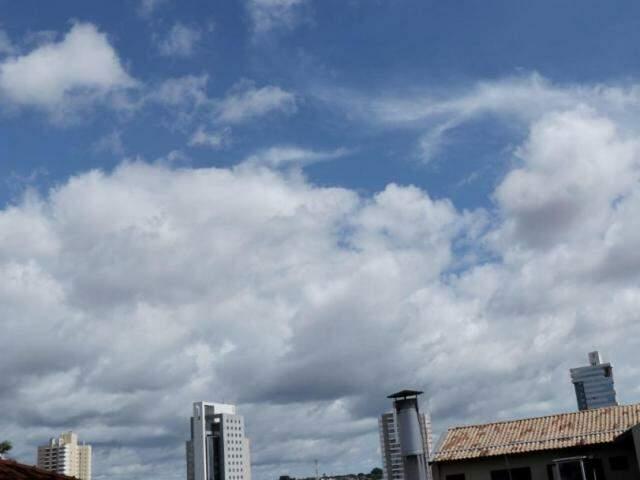Céu em Campo Grande deve permanecer entre parcialmente nublado e nublado até o fim da semana, com chances de chuvas. (Foto: Henrique Kawaminami)