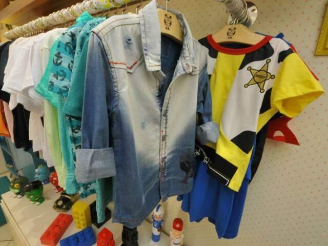 Para os meninos, camisa jeans e pijama-fantasia. (Foto: Alcides Neto)
