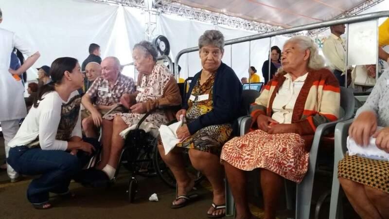 A primeira dama Fátima Azambuja conversa com dona Minelvina Maria de Jesus, 86 anos, que aguardava o atendimento (Foto: Antonio Marques)