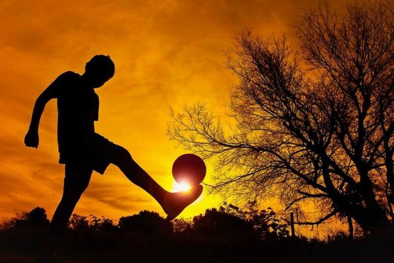 """A estrela do futebol - """"Pivô"""" de incêndio, garoto de 6 anos brinca despreocupado o esporte mais popular entre as crianças. Sob o calor e o sol surreal que queimava muito, mas o fazia brilhar de qualquer forma. (Foto e legenda de Marcos Ermínio)"""