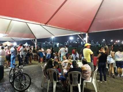Escolas de samba esperam chuva diminuir para iniciar desfiles na Capital