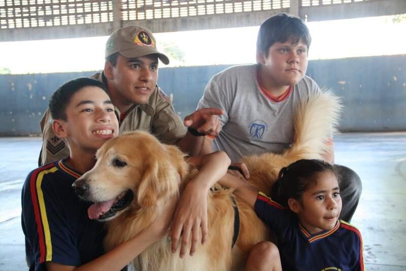 Cães fazem a alegria das crianças no projeto. (Foto: Marcos Ermínio)