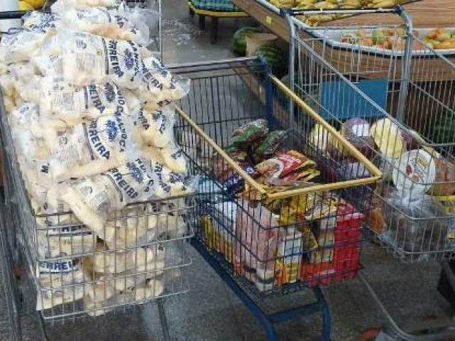 Foram apreendidas 184 quilos de mandioca descascada, impróprios para consumo. (Foto: Divulgação/Procon)