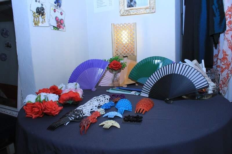 Flores e acessórios de cabelo, a partir de R$ 5,00. (Foto: Marina Pacheco)