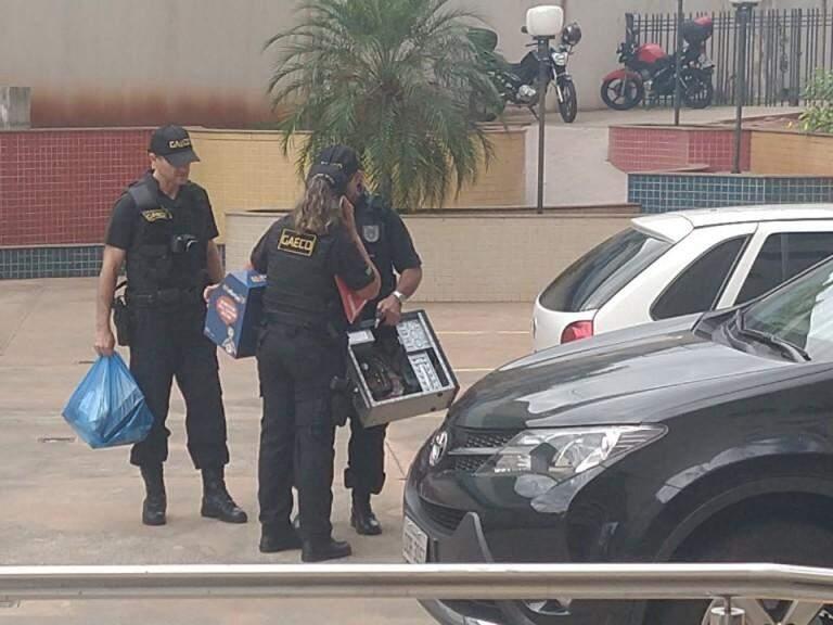 Agentes do Gaeco com documentos e computador apreendido durante operação nesta manhã (Foto: Liniker Ribeiro)