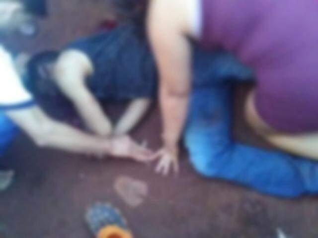 Testemunhas ao lado do corpo da vítima. (Foto: Direto das Ruas)