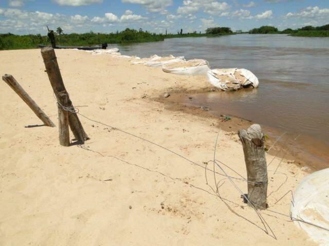 Sacos de areira e cercas formam uma das baías. (Foto: PC de Souza/ Edição de Notícias)