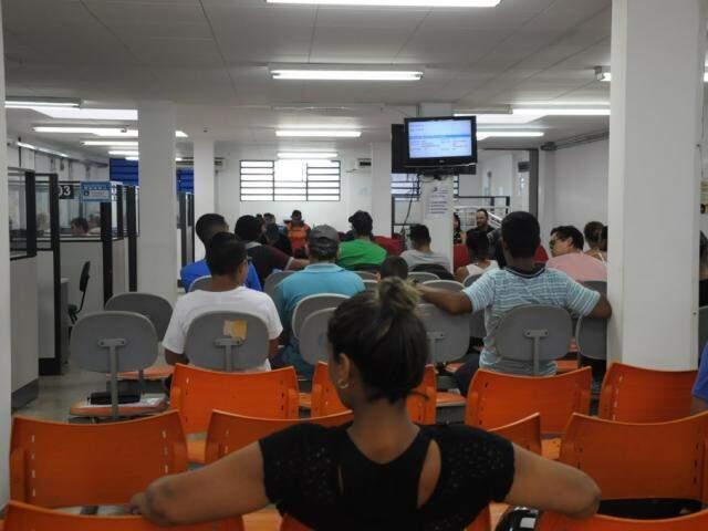 Desempregados procuraram oportunidade de emprego na Funsat (Foto: Paulo Francis)