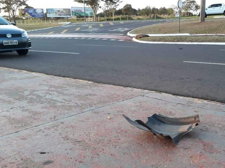 Peça que seria de veículo que a atropelou (Foto: Vinícius Santana)
