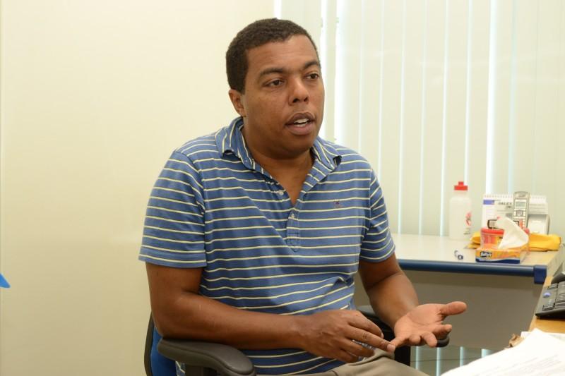 Professor Geraldo diz que o ideal é plantar árvores do Cerrado. (Fotos: Simão Nogueira)