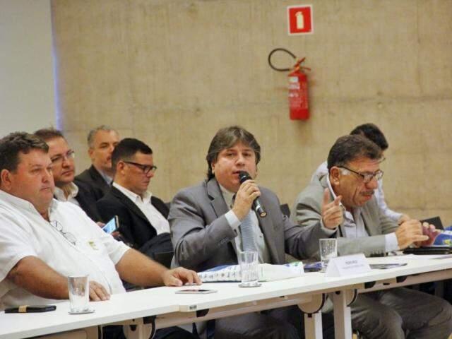 Caravina (ao microfone) defendeu aprovação de socorro aos municípios em mês de queda na arrecadação. (Foto: Divulgação)