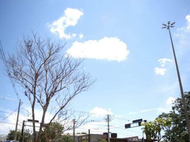 Céu claro com poucas nuvens na tarde desta quarta-feira em Campo Grande (Foto: Paulo Francis)