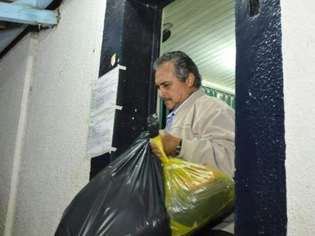 Beto Mariano deixando o Centro de Triagem após passar dias presos, em junho de 2016 (Foto: Alcides Neto/Arquivo)