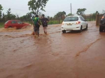 Ruas alagam e Rio Anhanduí transborda após 95 minutos de chuva