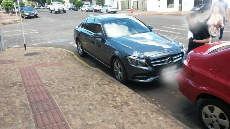 Carro de luxo também foi deixado ao lado de rampa na Euclides da Cunha.(Foto:Direto das Ruas)