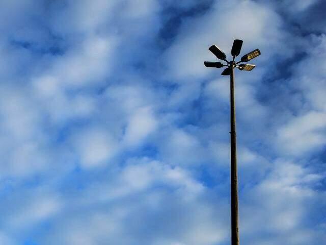 Céu amanheceu entre nuvens na Capital sul-mato-grossense (Foto: Marina Pacheco)